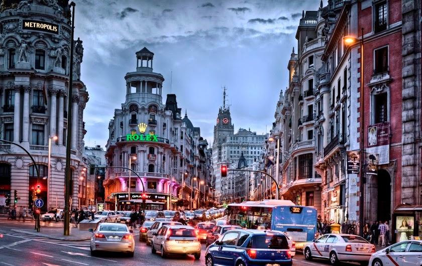 Carros na Avenida Gran Via em Madri