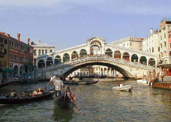 Ponte di Rialto em Veneza na Itália durante o dia