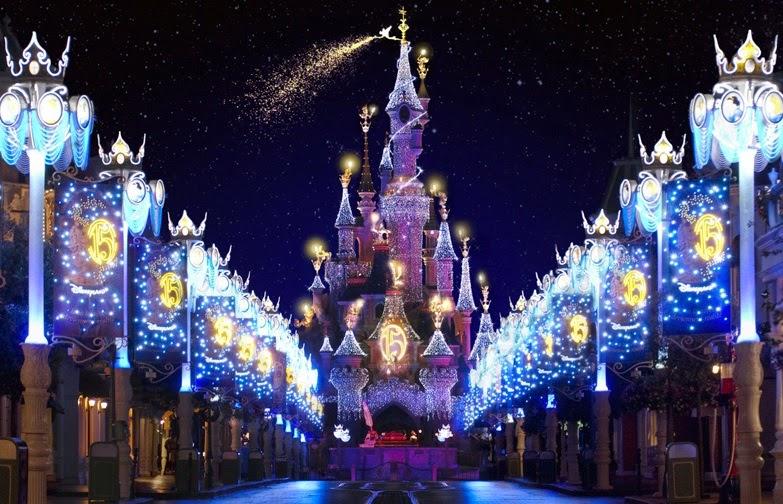Disneyland Paris na França iluminada durante a noite