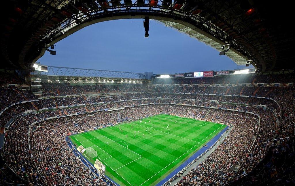 Partida de futebol no Estádio Santiago Bernabéu em Madri