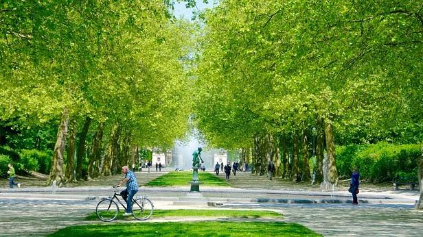 Visitantes no Parque do Cinquentenário em Bruxelas