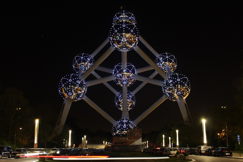 Atomium de Bruxelas iluminado de noite