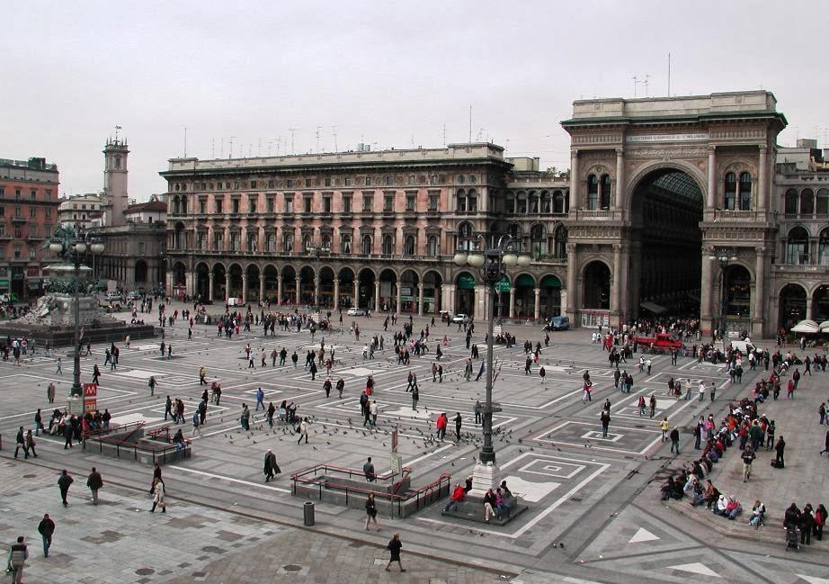 Movimento na Piazza Duomo em Milão