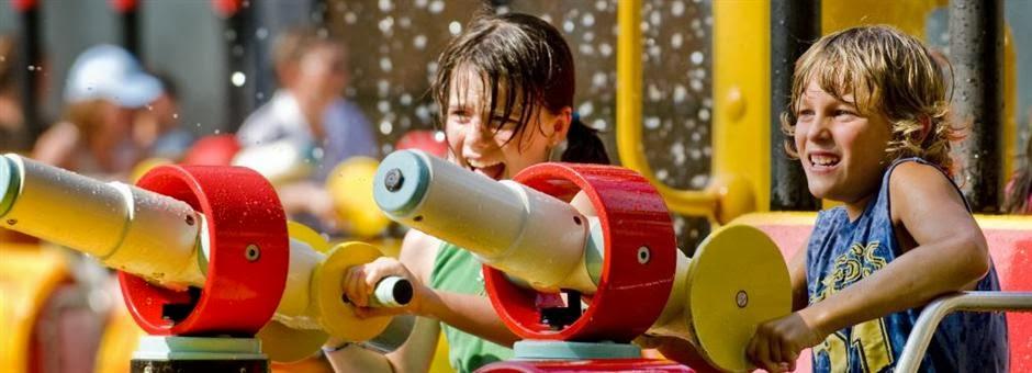 Crianças no Parque de diversões Walibi Holland na Holanda