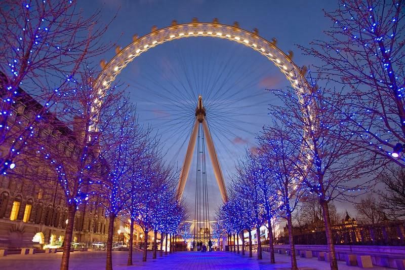 Roda gigante London Eye em Londres na Inglaterra iluminada