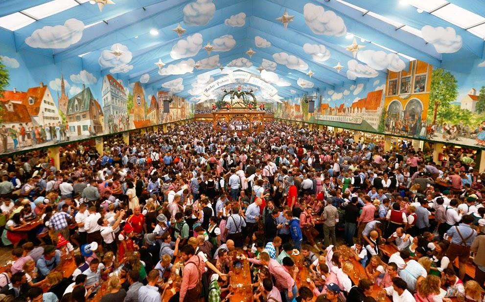 Pessoas curtindo Oktoberfest de Munique