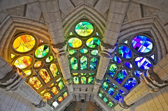 Interior do Templo Expiatório da Sagrada Família em Barcelona