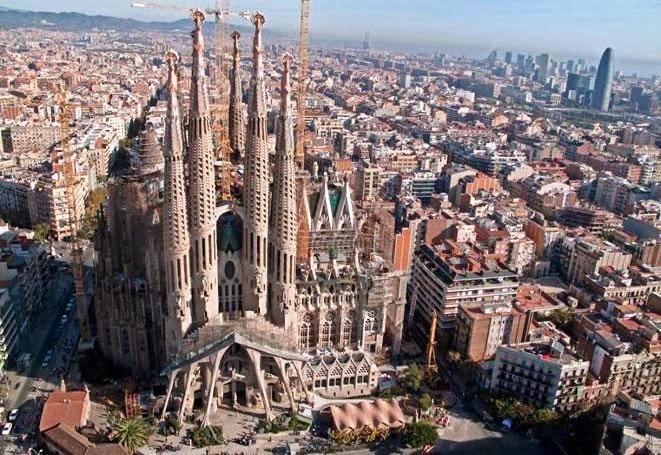 Vista do Templo Expiatório da Sagrada Família em Barcelona