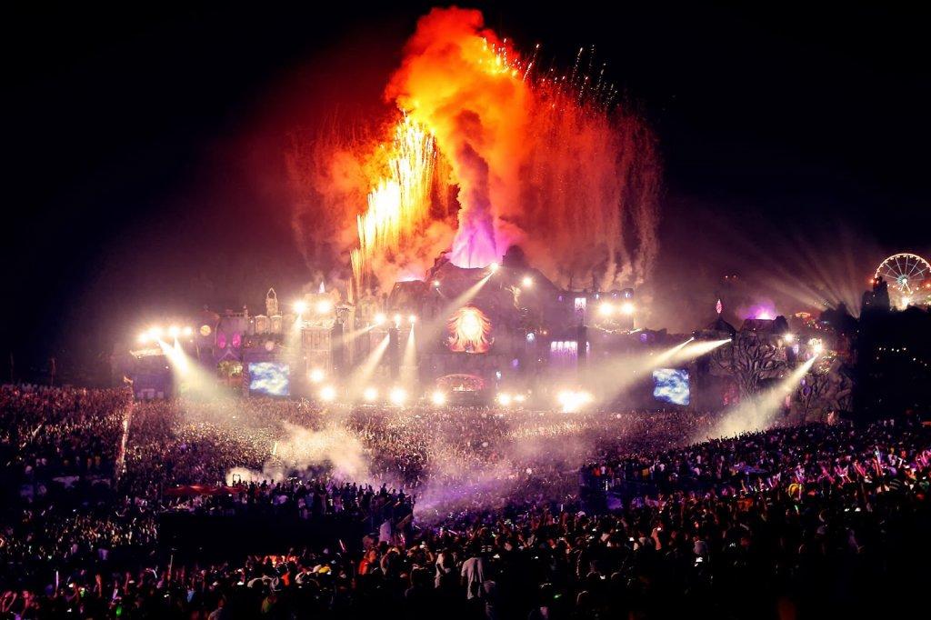 Pessoas no Tomorrowland em Boom na Bélgica