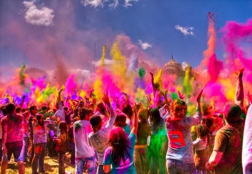 Pó colorido no Tomorrowland em Boom na Bélgica