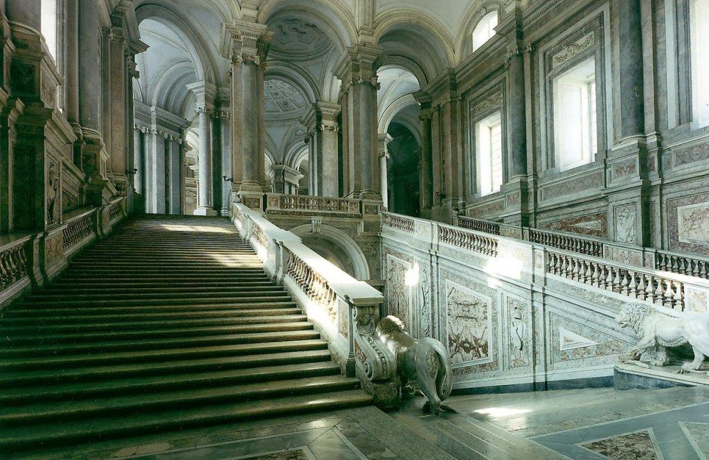 Interior de Reggia de Caserta na Itália