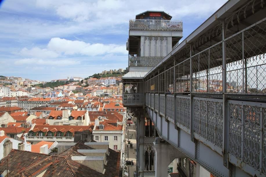 Construções ao redor do elevador de Santa Justa em Lisboa