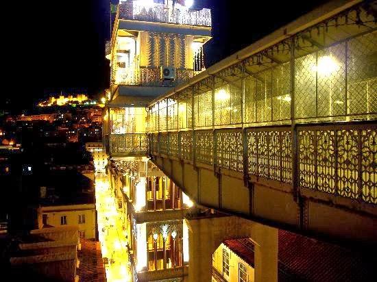 Elevador de Santa Justa em Lisboa iluminado durante a noite
