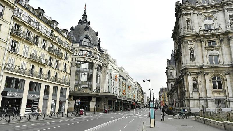 Lojas de roupas na Rue Rivoli em Paris | França
