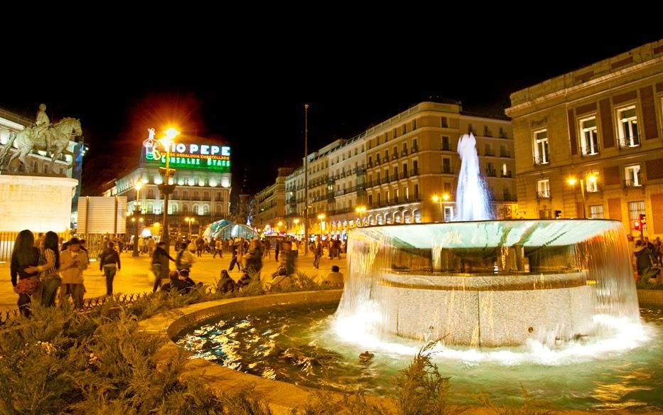 Fonte de água na praça Puerta del Sol em Madri