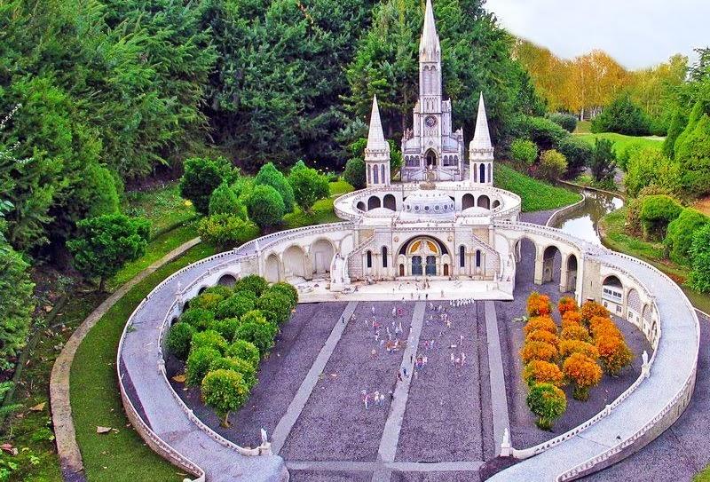 Santuário de Lourdes na França visto de cima