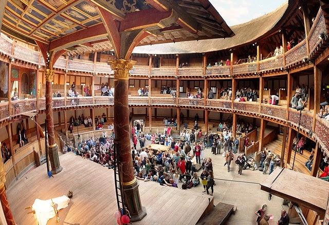 Pessoas no teatro The Globe de Shakespare em Londres
