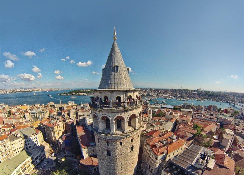 Visitantes no topo da Torre Gálata em Istambul na Turquia
