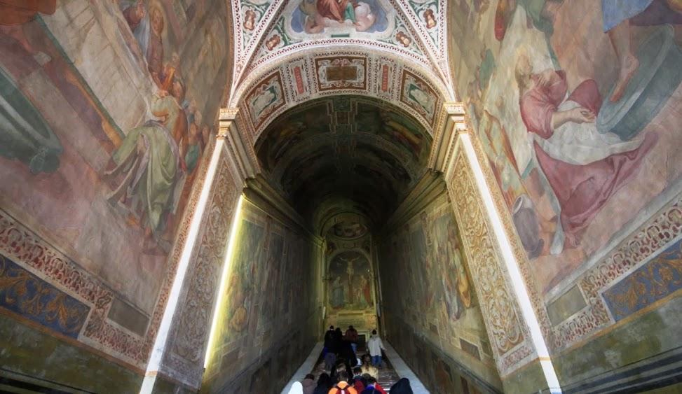 Pessoas no santuário da escada santa em Roma