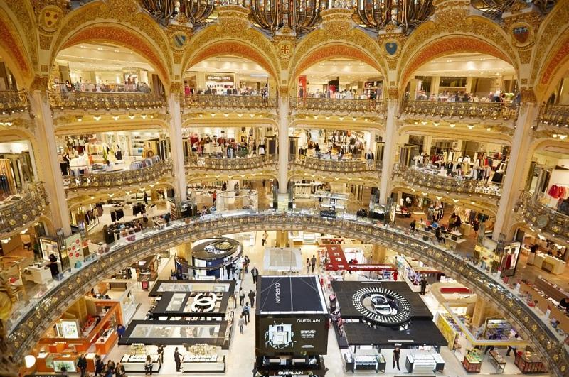 Compras em lojas de departamento em Paris – França
