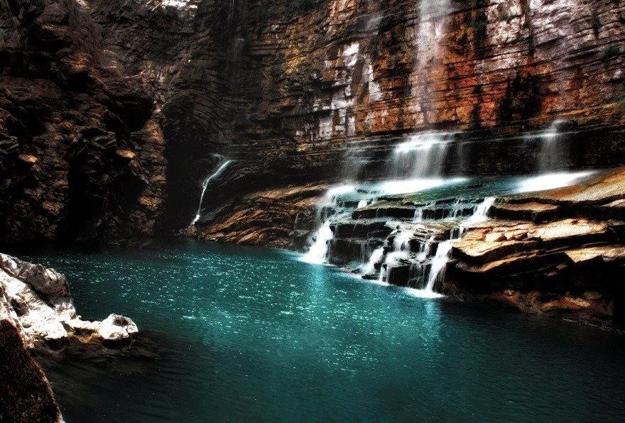Água da cachoeira de Tortum na Turquia