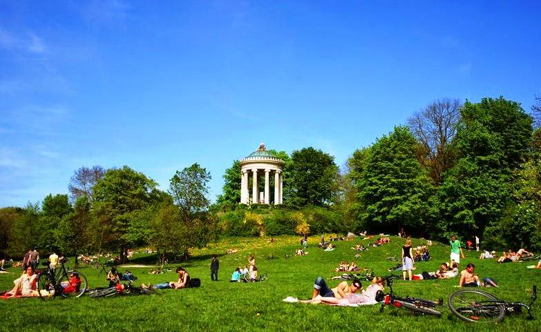 Pessoas no parque English Garden em Munique
