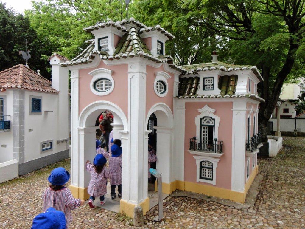 Crianças no Portugal dos Pequenitos em Coimbra