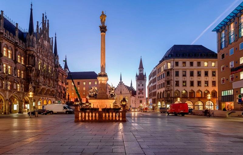 Praça Marienplatz em Munique iluminada de noite