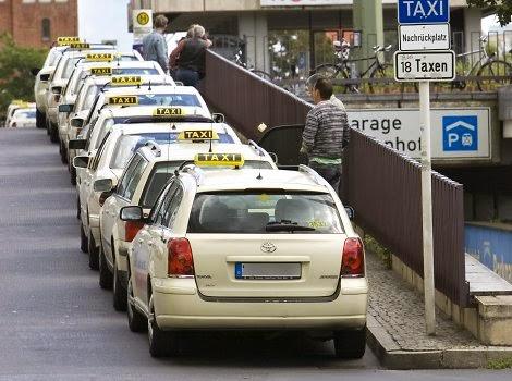 Táxis parados em rua de Berlim