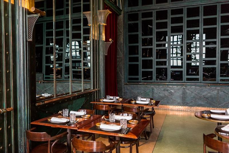Mesas do restaurante Alcântara Café em Lisboa