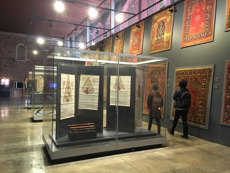 Visitantes no Museu de Arte Islâmica e Turca em Istambul