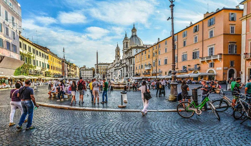 Movimento na Praça Navona em Roma