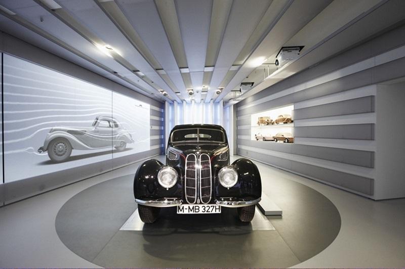Carro antigo exposto no Museu da BMW