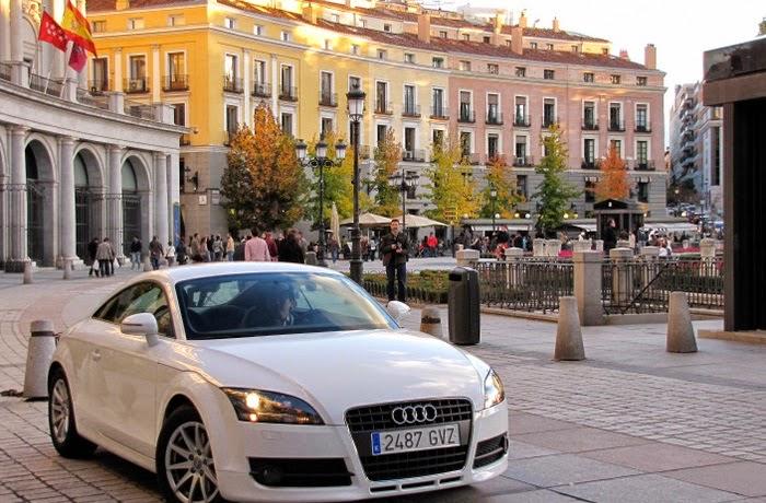 Carro em rua da cidade