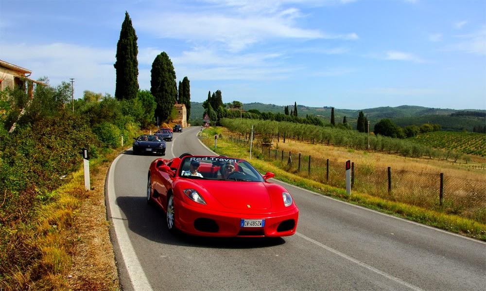 Ferrari em estrada italiana