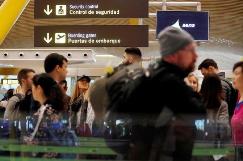 Pessoas em aeroporto da Espanha