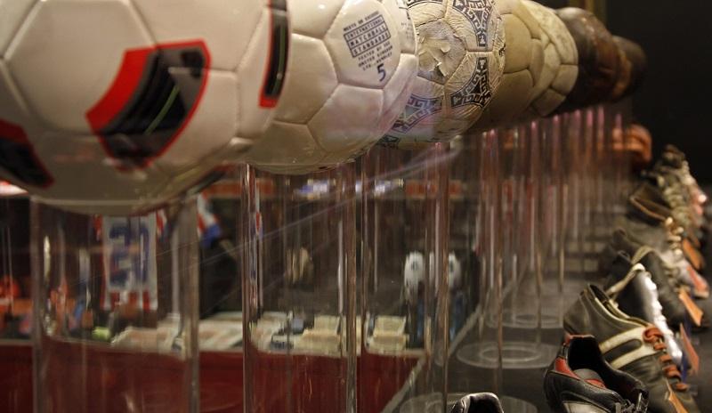 Bolas e chuteiras no Museu do Atlético de Madrid em Madri