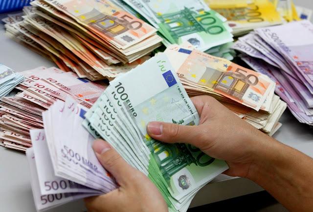 Pessoa com notas de euros