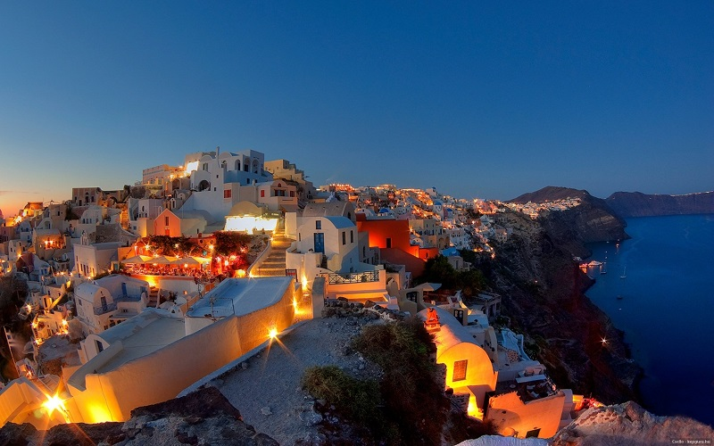Santorini na Grécia iluminada durante a noite