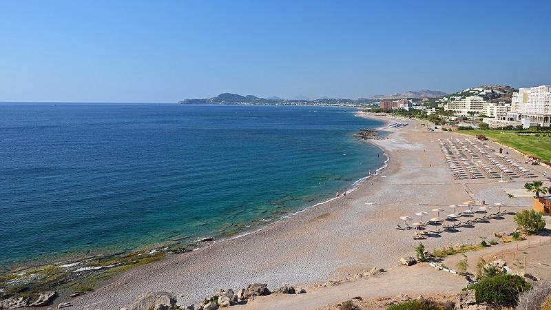 Praia de Faliraki na ilha de Rodes