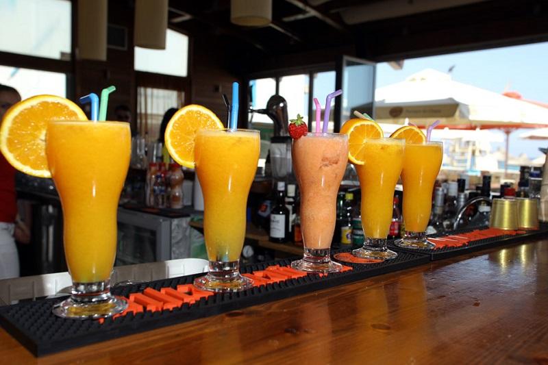 Bebidas em balcão de bar