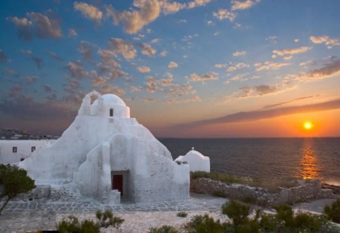Pôr do sol na Igreja Panagia Paraportiani em Mykonos