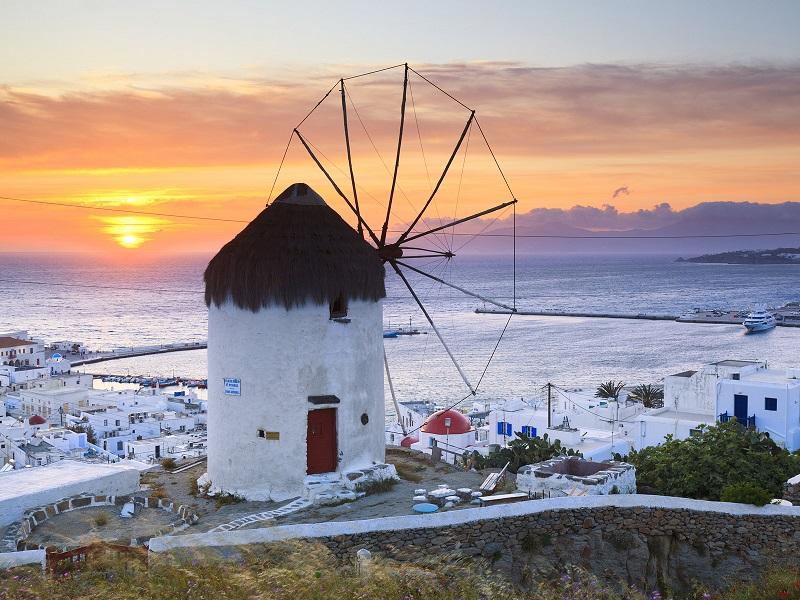 Pôr do sol nos moinhos em Mykonos