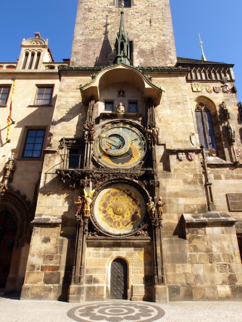 Entrada da Torre do relógio astronômico em Praga