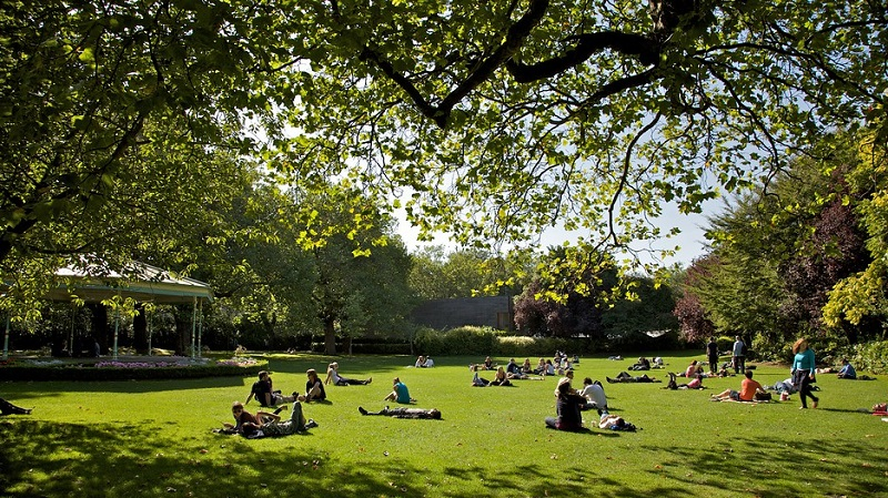 Visitantes no Parque St. Stephen's Green