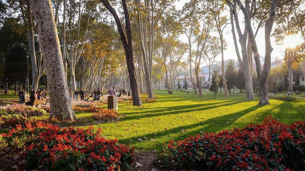 Piquenique romântico no Parque Gülhane em Istambul